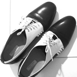 Cole Haan black/white lace up oxford size 9